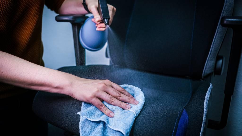 Wird Flüssigkeit bei der Reinigung aufgetragen, ein trockenes Tuch verwenden, damit Feuchtigkeit und Schmutz gleichermaßen aufgesaugt werden