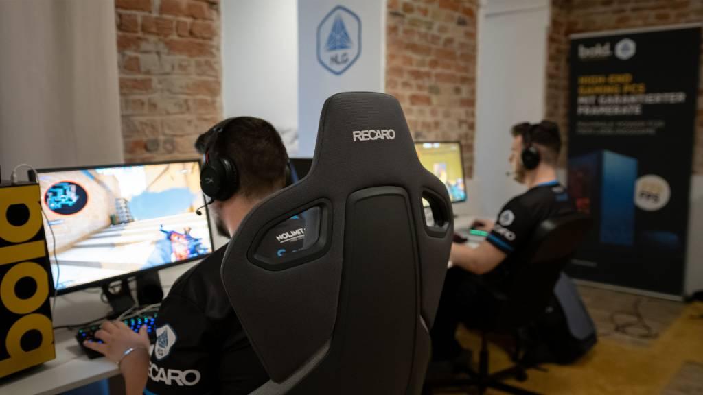 Mitglieder von No Limit Gaming beim Training auf RECARO Gaming-Sitzen.